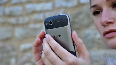Frau mit Smartphone: mobil, unterwegs, jederzeit erreichbar?!