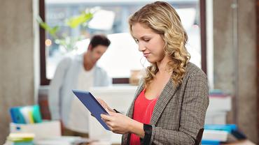 Frau Tablet Digitalisierung MINT