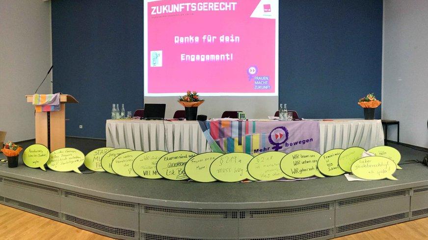leere Bühne mit Konferenzlogo und dekoriert kurz vor Beginn Frauenkonferenz 2019 in Frankfurt