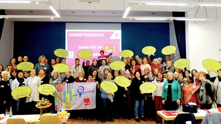 Gruppenfoto Landesfrauenkonferenz mit geleben Pappsprechblasen